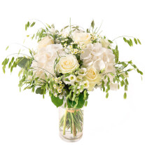 losse-tied bouquet in white colors